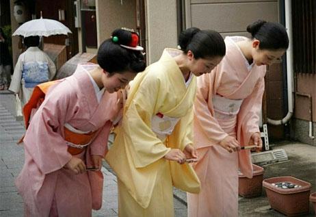 Văn hóa cúi chào của người Nhật nói điều gì